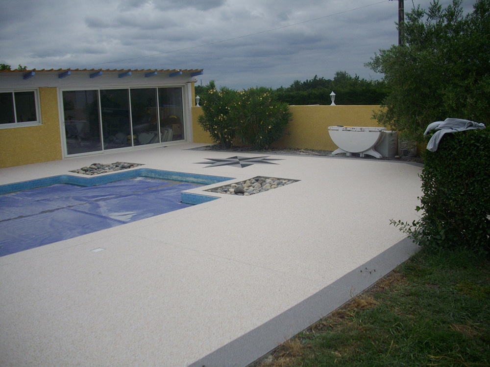 Tapis de pierre plage de piscine for Piscine tours